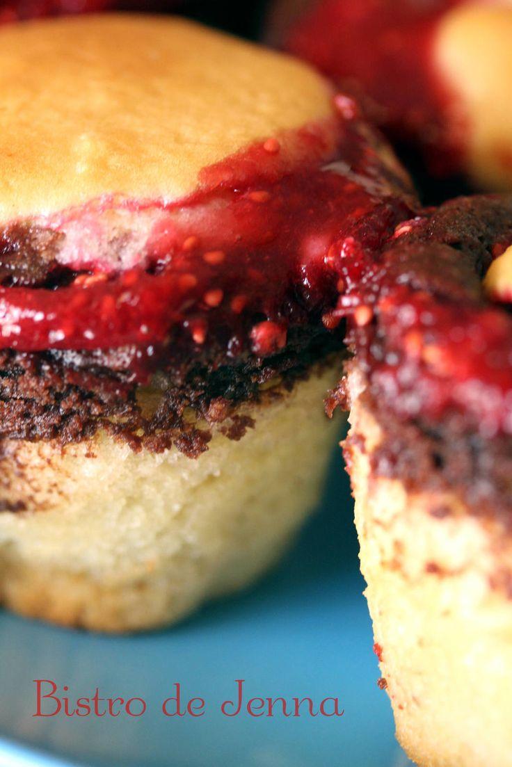 #dessert #sucree #mignardise #muffins #framboises #chocolat #vanille #summer Muffins chocolat et coulis de framboises INGREDIENTS: (pour 12 muffins) 200 g de farine 100 g de sucre roux + 2 c.à.soupe 60 g de beurre fondu 1/2 sachet de levure chimique 2...