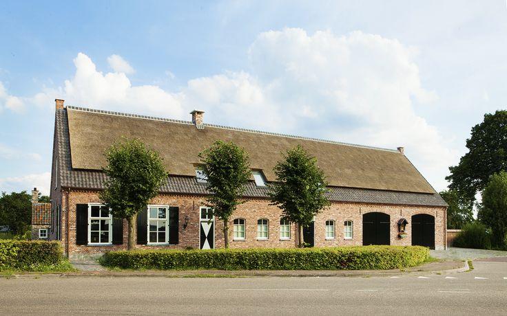 brabantse langgevel boerderij | Een fraaie traditionele Brabantse langgevel boerderij met rieten kap. Voorzien van alle moderne gemakken en comfort, maar met behoud van de rijke authentieke detaillering en de oorspronkelijke landelijke sfeer.
