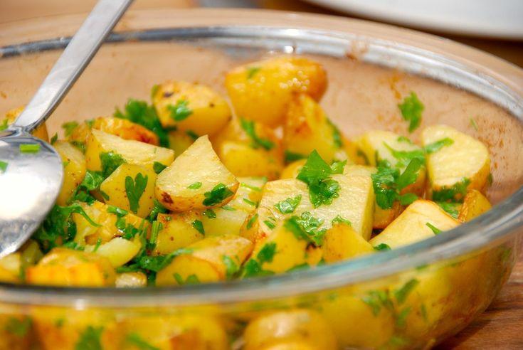 En god opskrift på stegte kartofler i ovn, der laves med sydesalt fra Læsø, lidt æbleeddike og friskhakket persille.