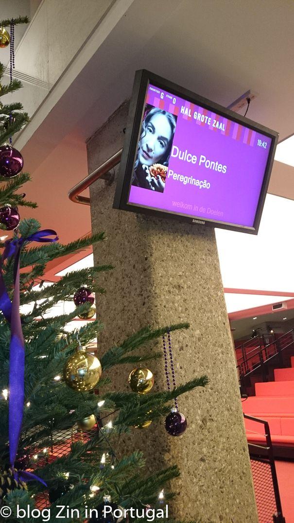 De beroemde Portugese zangeres Dulce Pontes brengt begin 2017 een nieuwe CD uit. Op dit moment is ze op tournee. Lees hoe het concert in De Doelen was op https://zininportugal.com/2016/12/10/dulce-pontes-op-bedevaart/