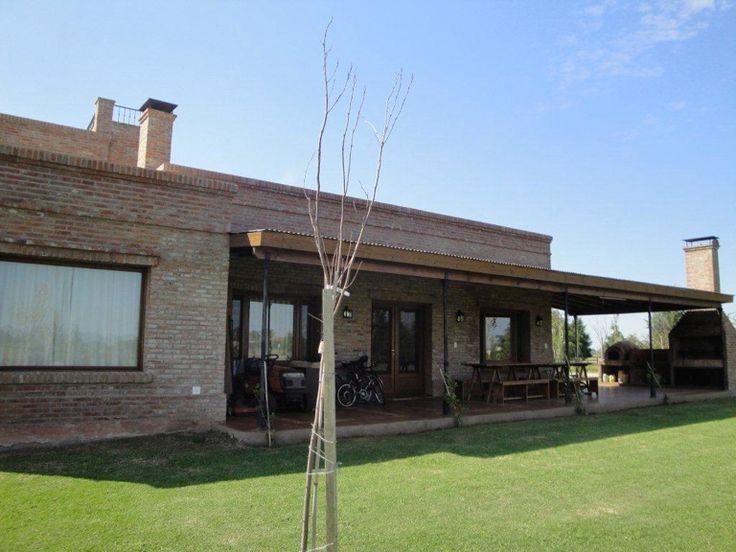 Casa en venta sobre dos lotes en Barrio de chacras Las Lilas, Luján, Pcia. de Buenos Aires. Casa con un total de 230 m2 cubiertos y 60 m2 semicubiertos. 3 habitaciones (1 en suite). 4 Baños Parquizada con pileta.