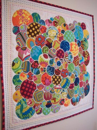 circle quilt by Thimble and Bobbin, based on the original pillow by Ryan Walsh (the link). His tutorial isn't available any longer but it's still pretty to look at.
