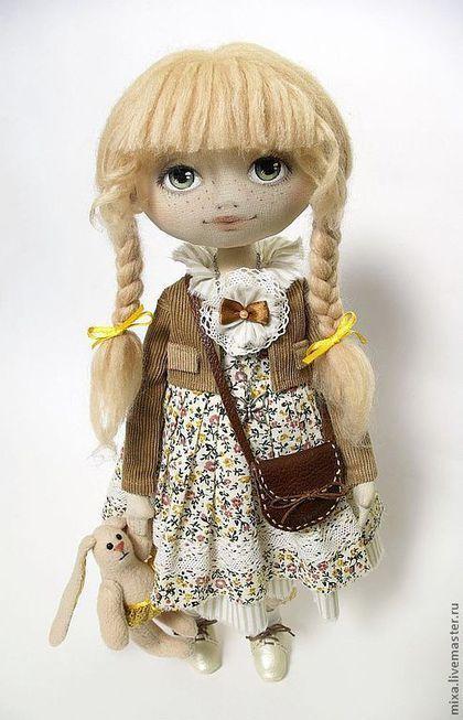 Купить или заказать Василиса в интернет-магазине на Ярмарке Мастеров. Василиса -скромная девочка с косичками. Выехала за город и взяла с собой зайку, чтобы не было страшно. Кукла выполнена в летней природной гамме. Стоит самостоятельно, кофточка и сумочк…