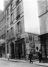 Angle de la rue Bonaparte et de la rue Visconti. Actuel restaurant  Au Vieux Casque . Paris (VIème arr.).