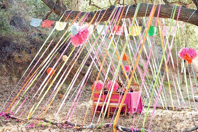 Детский стол на свадьбе, ленты перетянутые через ветку дерева