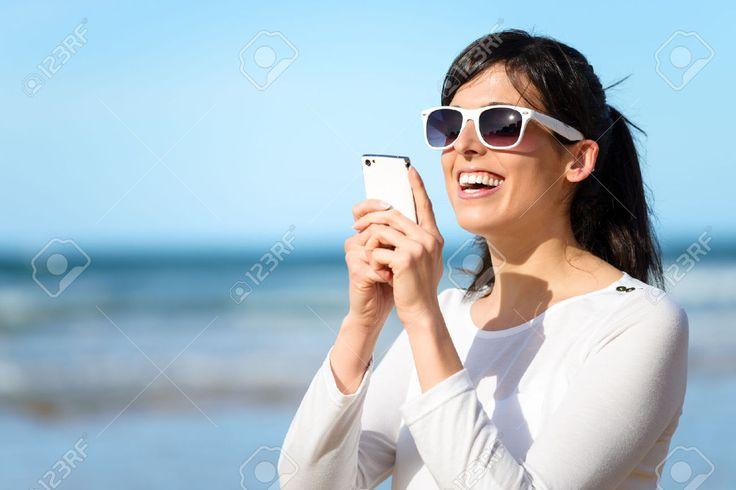22486029-Bonne-femme-en-tapant-un-message-de-chat-sur-le-t-l-phone-portable-Jeune-fille-brune-lecture-ou-l-cr-Banque-d'images.jpg (1300×867)