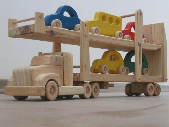 """Hailey do carro reboque - um caminhão de brinquedo de madeira com rampas móveis - cinco carros coloridos incluídos - verde, azul, vermelho, amarelo Dimensões:. Cerca de 63 cm de comprimento, 9,5 cm de largura, 27 cm de altura (aproximadamente 24,5 """"x 3.75"""" x 10,5 """") $179"""