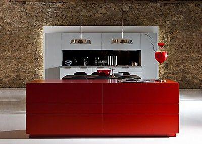 Einbauküche mit roter Kücheninsel http://www.kuechen-atlas.de/kuechenhersteller/details/warendorf/