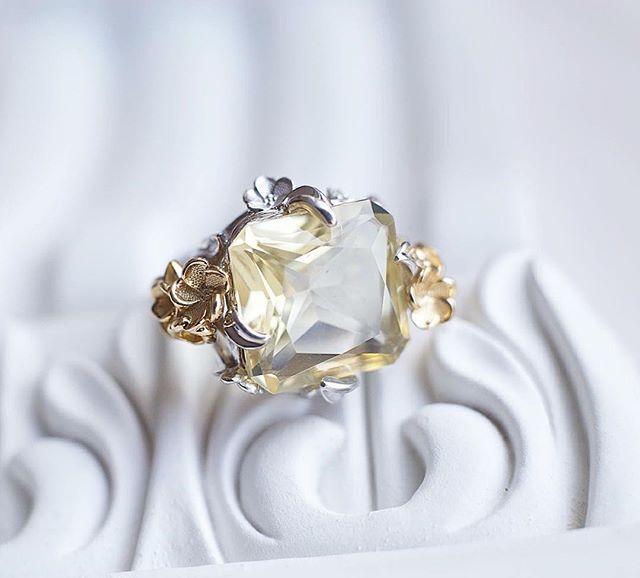 Модель кольца с цветами граната из золота и серебра - с октагоном. Крупный эффектный камень, лимонный кварц, классическая огранка. 💎💎💎 madilyan.ru #madilyan #jewelrydesign #fashionjewelry #ringsmadilyan