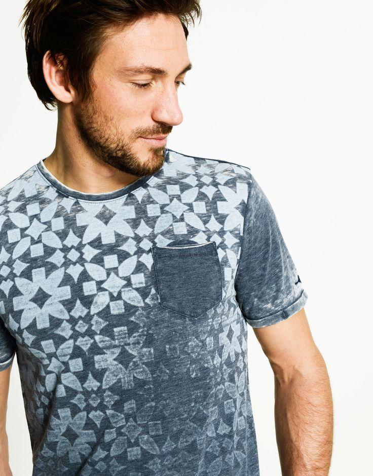 Wil je niet te lang nadenken over je outfit? Dan is dit mannen T-shirt ideaal! Het is een aangesloten model en heeft een hoge ronde hals. De grafische print met vervaagde en gebleekte accenten geeft een stoere vibe aan het item. Ideaal in combinatie met een stoer leather jack.