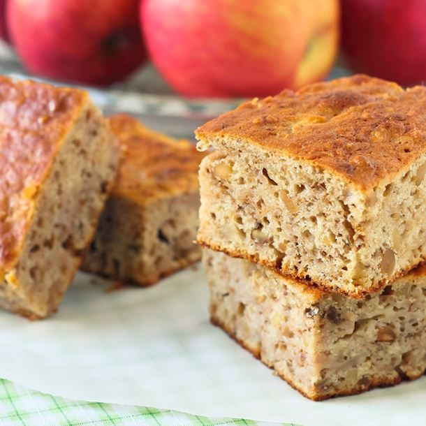 Gâteau compote de pommes light – Ingrédients : 180 g de farine,150 g de compote de pommes,3 œufs,50 g de sucre roux,1 sachet de levure chimique