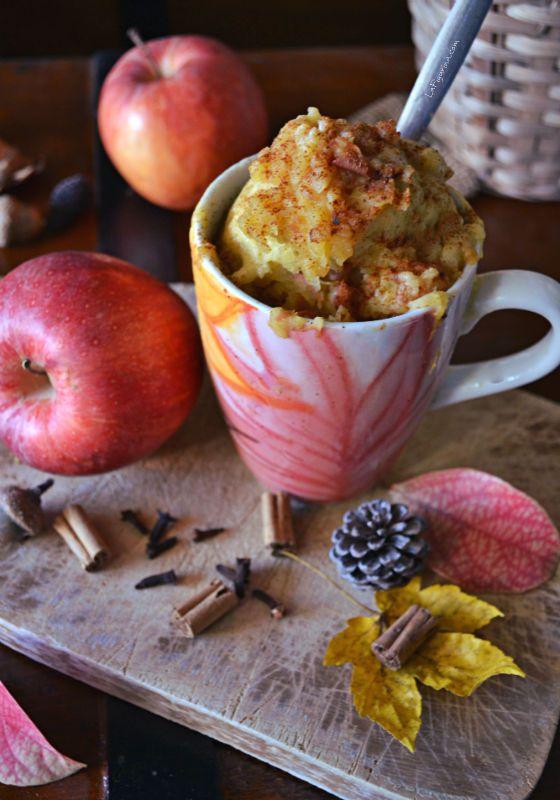 La mug cake con mela e cannella è una ricetta deliziosa da gustare a colazione e veloce da preparare, bastano pochi minuti di cottura nel forno a microonde