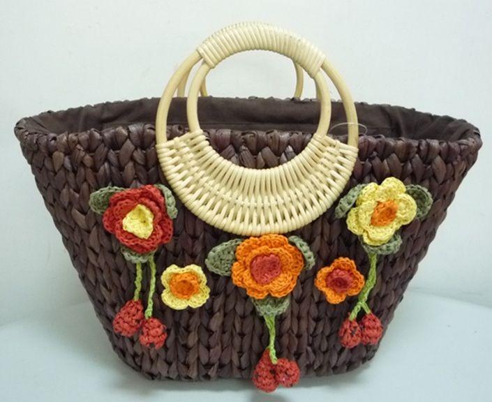 Bolsa de palha com aplicação de flores de crochê.