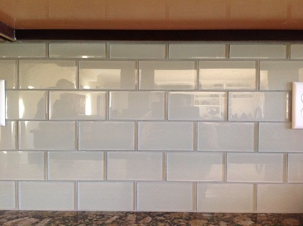 Loft Cream Polished Glass Tiles Provide A Nice Simple Contrast To The Cupboards And Granite Counter Subway Tile Kitchensubway Tile Backsplashkitchen