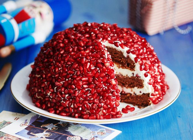 Granaattiomenan siemenillä koristeltu rubiinikakku on kahvipöydän kaunotar. Kakkupohja on taatelikakkua ja täyteessä maistuu jogurtti, sitruuna ja kardemum