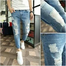 Se puede utilizar en un ambiente  mas tranquilo mas relajado, esta diseñado en base a las tendencias juveniles Jean para caballero color claro con rasgado. Talla 30-38 $70.000