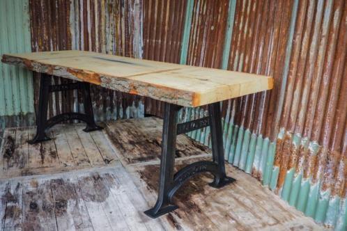 robuuste elmwood boomtafel, een boomstamtafel met oude machinepoten, woodindustries stoer robuust wonen,