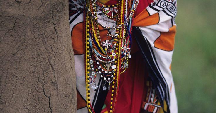Projeto de artesanato para as crianças: colares africanos. O Egito foi o primeiro país a desenvolver uma grande variedade de contas. Antigamente, elas eram utilizadas para enfeitar cintos, joias, rolos de papiro e sandálias para distinguir os governantes das outras pessoas. As contas africanas eram feitas de materiais coloridos como pedras, argila, vidro e conchas. As crianças vão adorar produzir suas ...