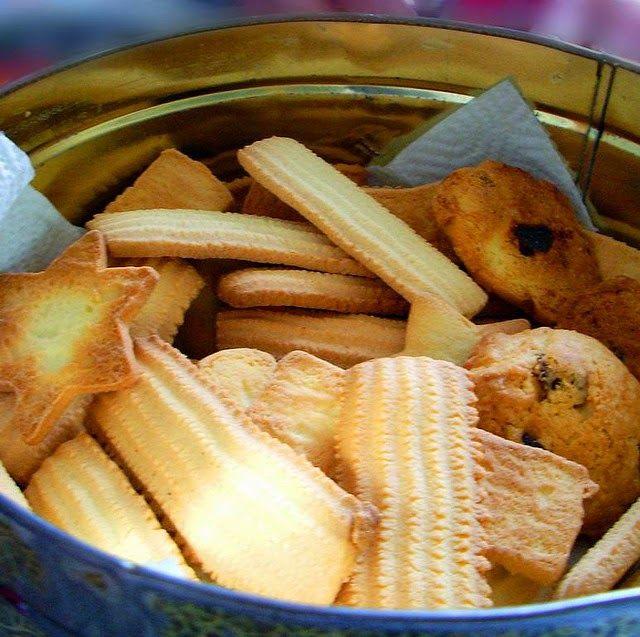 Cuisine maison, d'autrefois, comme grand-mère: Recette de spritz, sablés, bredele de Saint-Nicolas, Avent et Noël - Alsace Ces petits sablés au beurre sont, dès l'Avent (30 novembre 2014) très populaires en Alsace, Suède, en Scandinavie, en Allemagne, mais aussi en Amérique du Nord. Leurs formes particulières nécessitent l'utilisation d'une douille à pâtisserie, vous formerez ainsi des biscuits en forme de rosettes, de couronnes, de fleurs, d'étoiles et selon votre imagination..