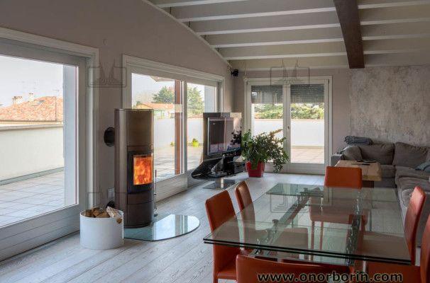 La stufa a legna dal design moderno, SCAN 83, installata in un attico open space da sogno a Treviso! Guarda le foto.