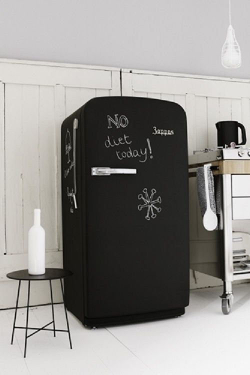 Repeindre son frigo avec une peinture ardoise dans la for Ardoise noire cuisine