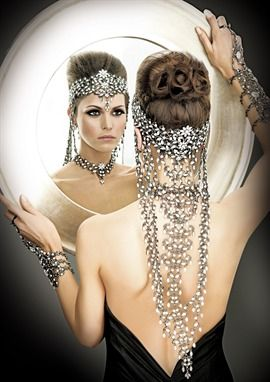 Headpiece with the feel of the 20's.