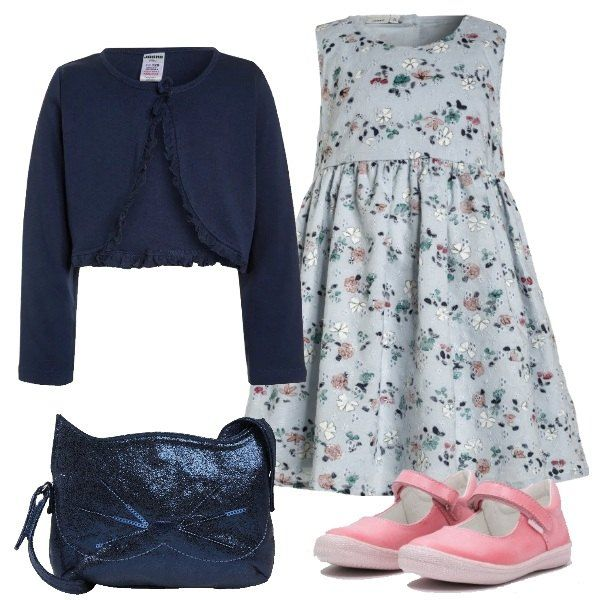 Cotone 100% certificato per l'abitino a fantasia floreale arricciato in vita e per il cardigan blu elegante. Completano il look la borsa a tracolla blu e le ballerine con il cinturino rosa.