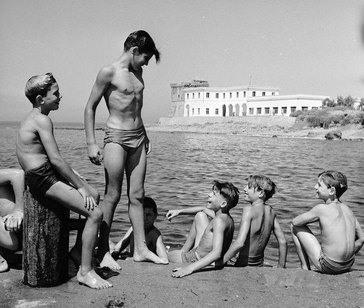 Tre ragazze mangiano spaghetti sui materassini gonfiabili al largo di Capri, nel 1939. (AP Photo/Hamilton Wright)