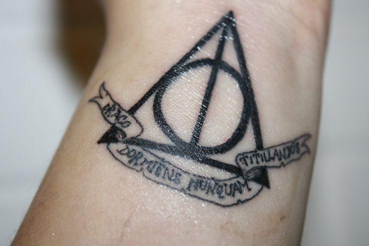 """Tatuaje en mi muñeca. Harry Potter, Reliquias de la muerte. Abajo se lee """"draco dormiens nunquam titillandus"""" (Nunca le hagas cosquilas a un dragón mientras duerme) el lema de Hogwarts.  Harry Potter Deathly Hallows wrist tattoo. Underneath it """"draco dormiens nunquam titillandus"""" (""""Never tickle a sleeping dragon"""") the Hogwarts School of Witchcraft and Wizardry motto."""