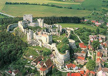 O Castelo de Rabi E UMA caracteristica dominante da Região Otava superiores e e hum dos Maiores e Maiores Castelos Medievais na Bohemia.