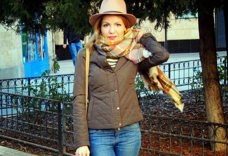 Look casual: sombrero, cazadora militar, sombrero y fular con estampado tartán. ¿Qué te parece mi propuesta?