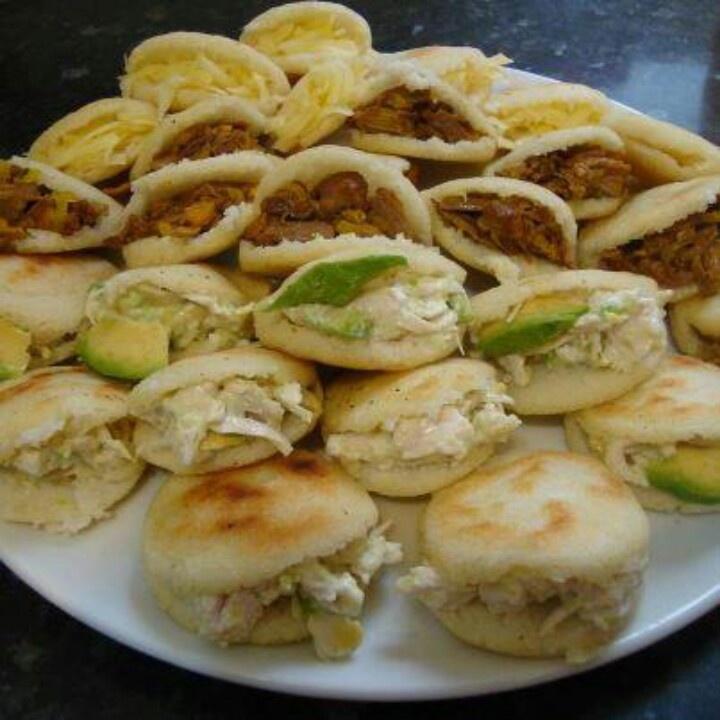 Arepas Venezolanas, con queso, carne mechada, pollo, reina pepeada, chicharronada, panbellon, queso blanco, telita, amarillo, etc