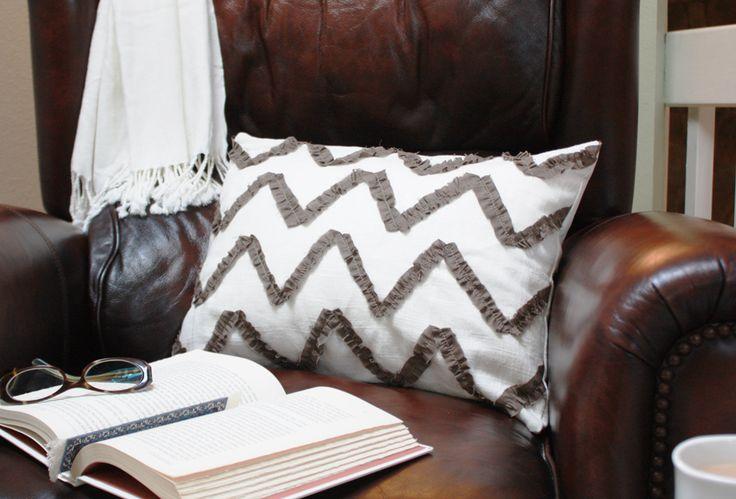 Tutorial: chevron ruffle pillow.Pillows Covers, Diy Ruffles, Chevron Pillows, Cushions Covers, Ruffles Chevron, Pillow Covers, Chevron Ruffles, Ruffles Pillows, Diy Pillows