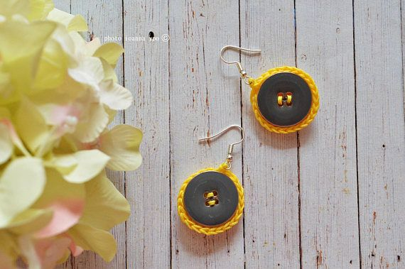 two circles earrings crochet with buttons small chic  #stekiapantou #ioannaypo #thessaloniki #buttonsearrings #crochetearrings #yellow #gray #grey #yellowgray #dangleearrings
