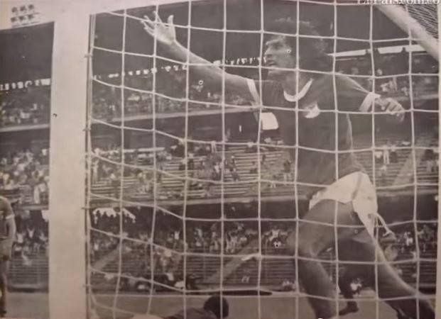 El Tigre Benitez celebrando otro gol del Cali - Deportivo Cali