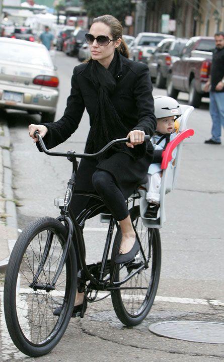 Angelina Jolie con uno de sus hijos