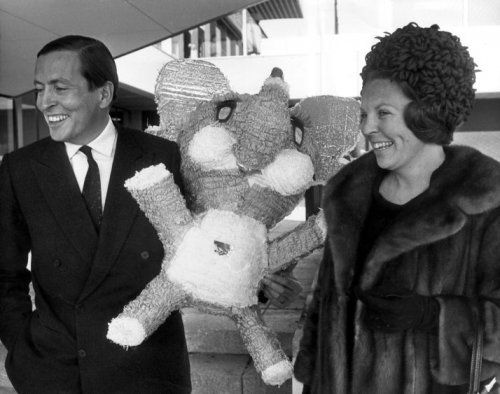 Beatrix en Claus bij terugkomst van een reis naar Amerika waar zij van Mexicaanse vrienden een pinata kregen voor Alexander. 27-4-1968