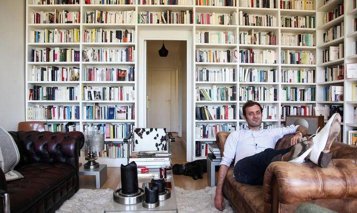 Dans le salon d'Augustin Trapenard, une bibliothèque bien fournie