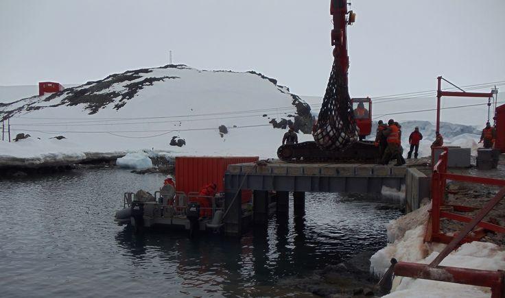 Antártica, Rada Covadonga. Muelle de Base Bernardo O'Higgins.