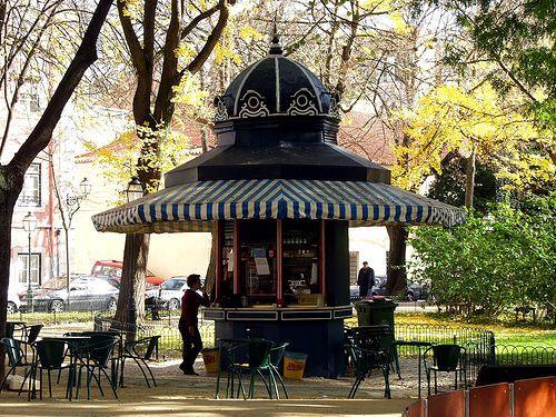 Quiosques de Lisboa. Um recantozinho para beber uma bica e ler um jornal. Lúcia