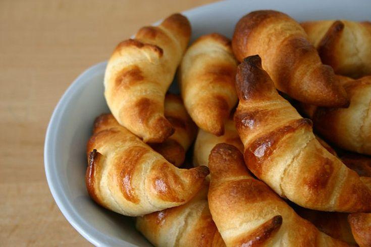 I croissant sono un elemento fondamentale per la colazione di molte persone. Questa ricetta è studiata apposta per chi segue una dieta ipocalorica e non vuole rinunciare ad una colazione ricca e gustosa.