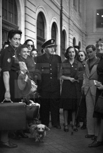 ESPAÑA. DIVISIÓN AZUL: MADRID, 18/07/1942.- Regreso de treinta y cinco enfermeras que han permanecido en los frentes de Rusia, asistiendo a los voluntarios de la División Azul. Acude a recibirlas el ministro de Agricultura, Miguel Primo de Rivera (c), entre otras personalidades. EFE/Hermes Pato/jgb SPAIN II WORLD WAR BLUE DIVISION: MADRID, 18/07/1942.- The minister of Agriculture, Miguel Primo de Rivera (C), is seen during the welcome ceremony for 35 Spanish nurses coming back from Russian…