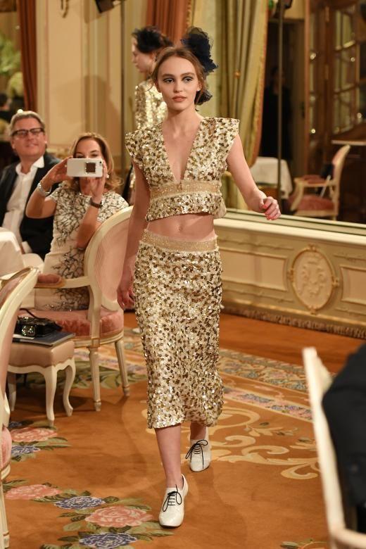 Lily-Rose Depp eröffnete die Métiers d'Art-Show 2017 von Chanel im neu eröffneten Ritz Hotel in Paris. Ihre Mutter Vanessa Paradis saß stolz im Publikum. Wie immer war die Show von Karl Lagerfeld ein Zusammentreffen großer Stars aus der Modebranche, sodass auch Pharrell Williams und Cara Delevigne sich die Ehre gaben, zu laufen.