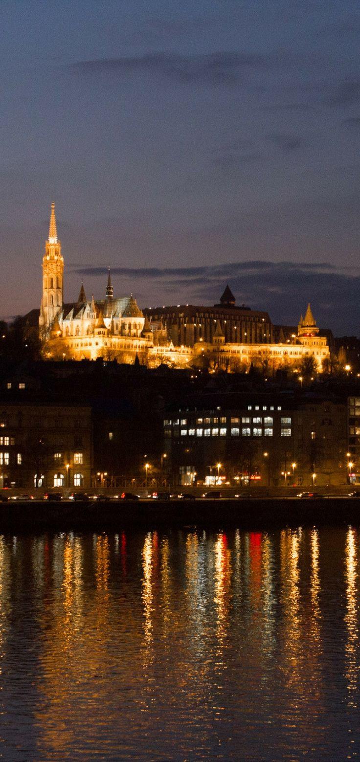 Budapeste, capital da Hungria esconde inùmeras belezas, como o lado Buda, do outro lado do rio, Na foto, o complexo do Bastião dos Pescadores com a igreja de Matias.