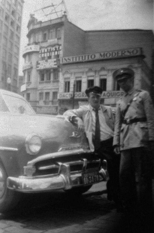 Motorista de taxi e oficial de polícia na Avenida São João