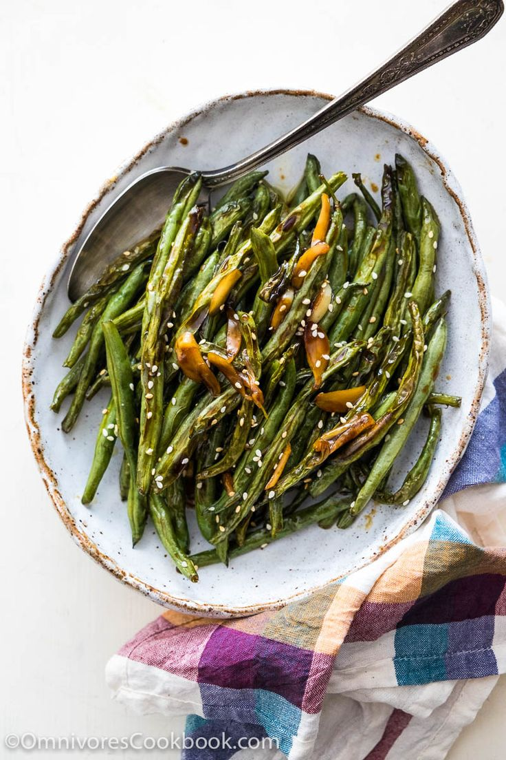 Oven Roasted Green BEans with Garlic Soy Glaze by omnivorescookbook: Say goodbye to dull tasting side dishes. #Green_Beans #Garlic #Soy