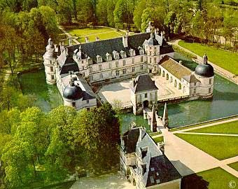 The Château de Tanlay at Tanlay (Yonne) is a French château built in Burgundy during the sixteenth and seventeenth centuries, famous for its beauty and the setting. | https://en.wikipedia.org/wiki/Ch%C3%A2teau_de_Tanlay | http://www.chateaudetanlay.fr/