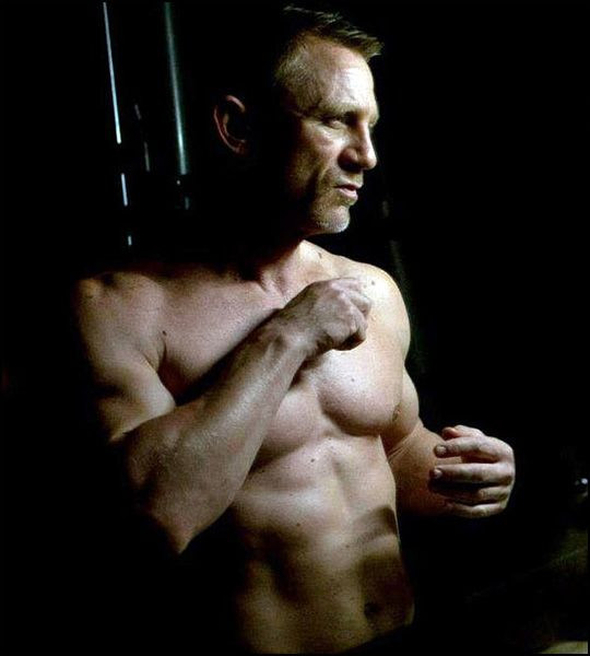 daniel craig gets sexier as he gets older! Love me some Skyfall!