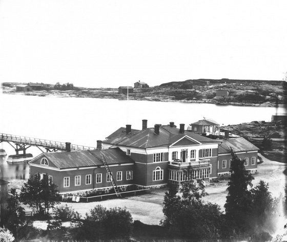HELSINKI. Kaivopuiston kylpylä 1860-luvulla. Arkkitehti C. L. Engelin suunnittelema rakennus valmistui vuonna 1836 nykyisen kahvila Ursulan paikalle ja tuhoutui jatkosodan pommituksissa vuonna 1944.
