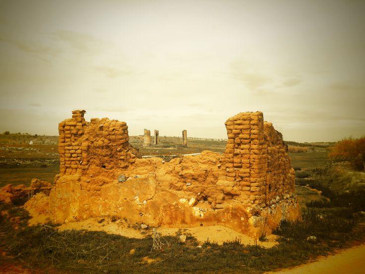 Galvez. Despoblado de corralnuevo y al fondo el Casrtillo de Galvez. Piedras del castillo fueron empleadas para la construcción de edificios de este poblado, hoy desaparecido, como lo atestiguan las que se pueden ver en las actuales ruinas.